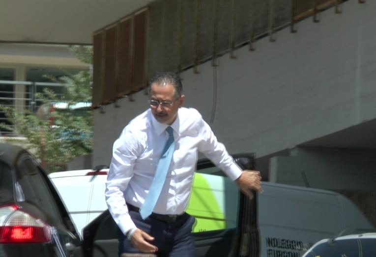 Marcello Pittella entra nel Palazzo di Giustizia di Matera